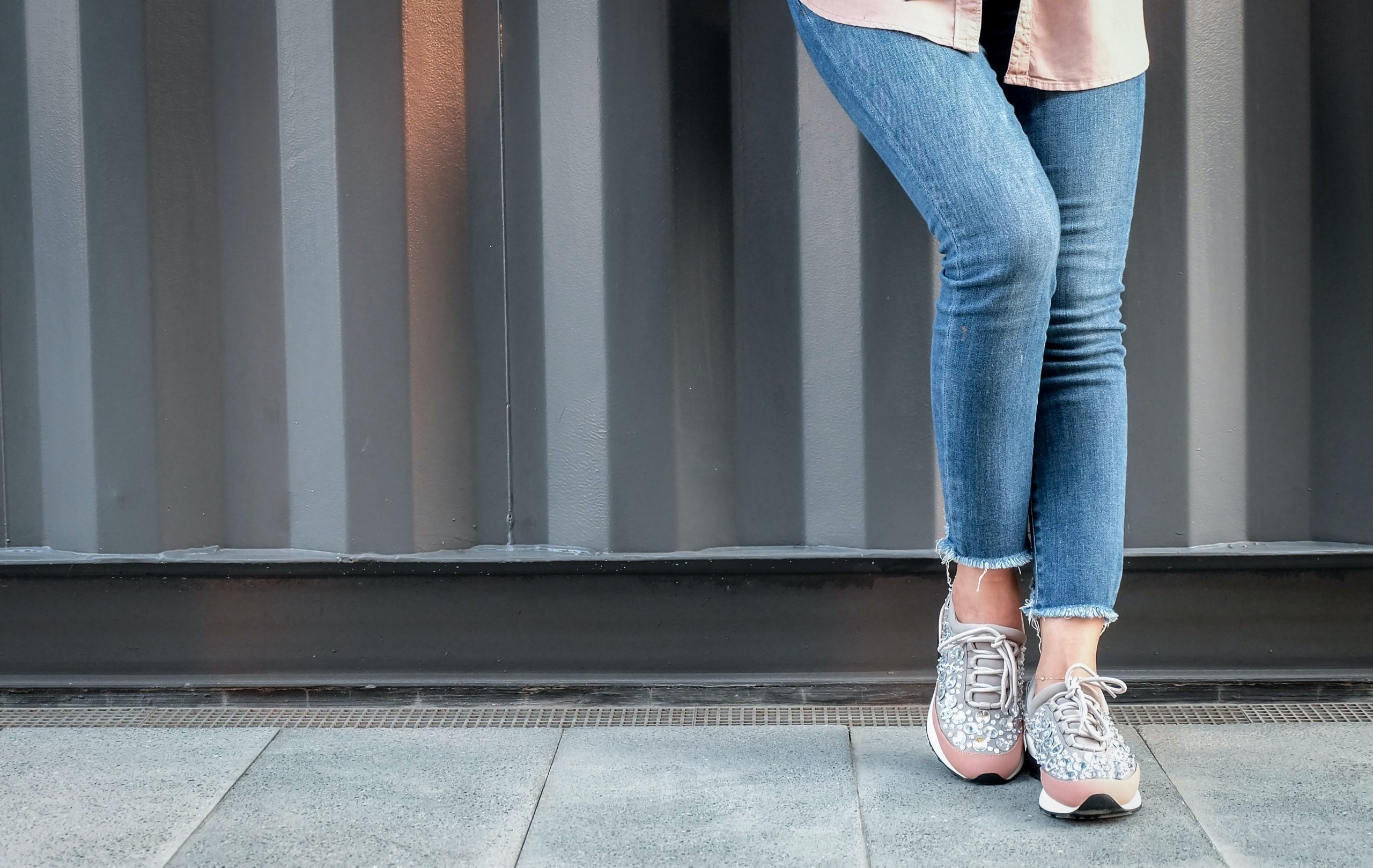 Donna In Jeans E Sneakers Rosa