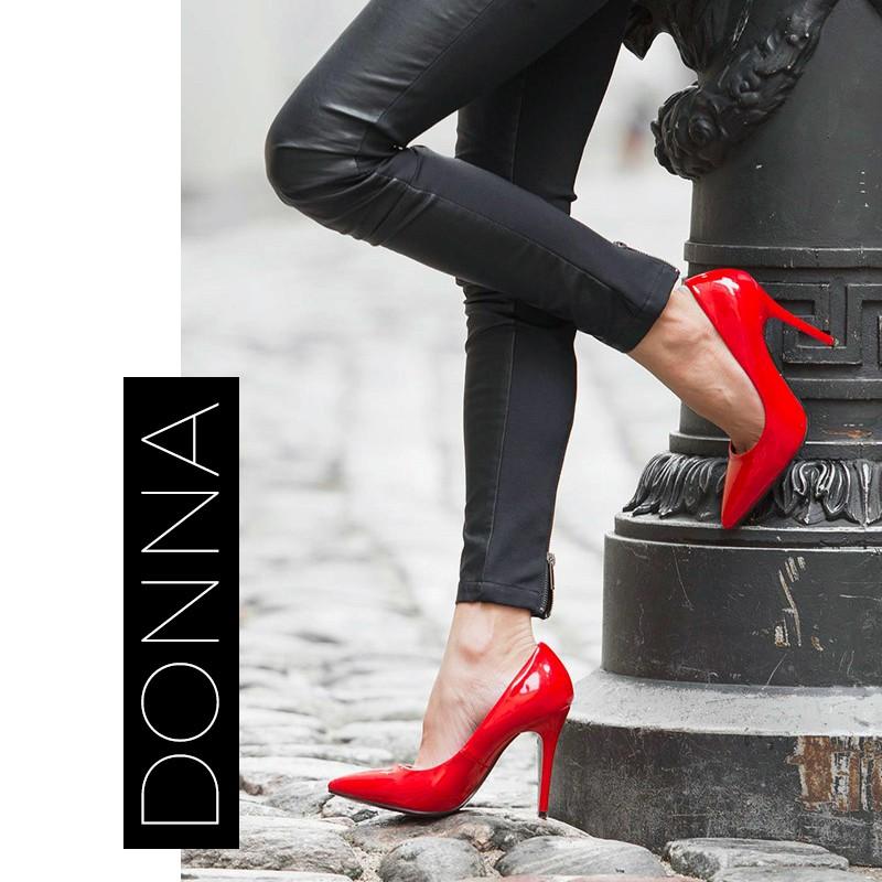 Donna Con Decollette Rosse