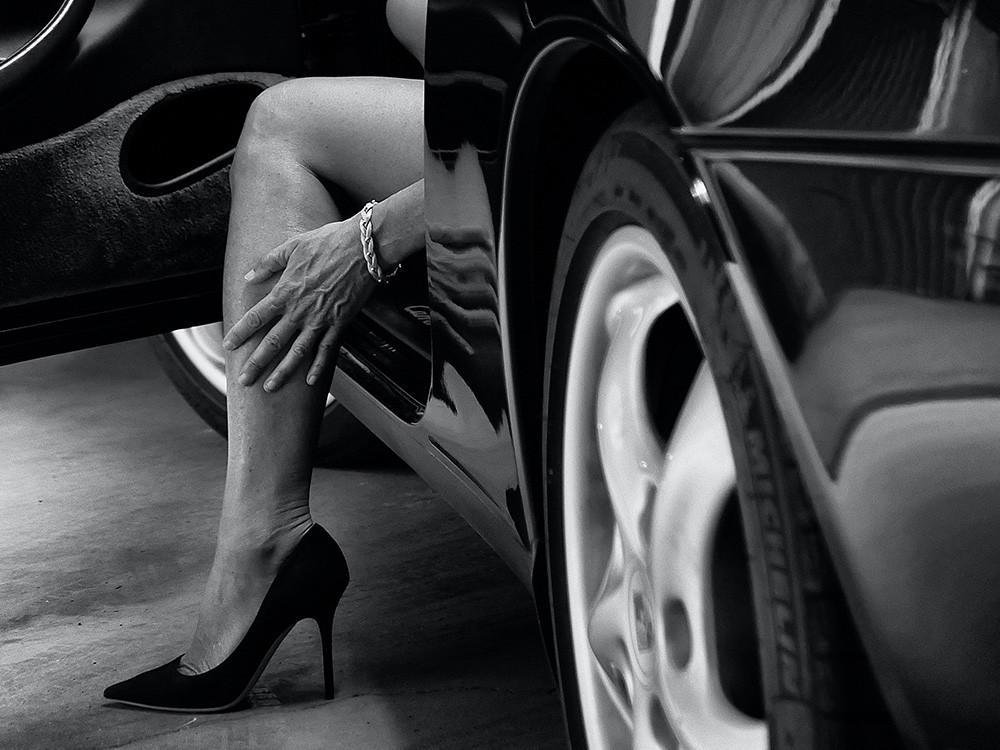 Donna Scende Auto Con Decollete Nere